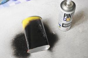 proceso de pintura de pringles bote fotografico